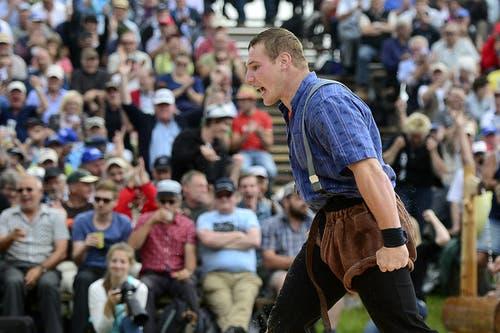 Joel Wicki ballt die Fäuste nach seinem Sieg über Stefan Burkhalter im 4. Gang. (Bild: Keystone / Urs Flüeler)