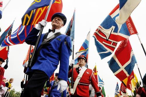 1./2. Juni: Musiker zeigen Flagge: Trotz Regen am Samstag verfolgten an beiden Festtagen rund 20'000 Besucher den Musiktag in Hildisrieden. Im Bild sind die Fahnenträger am Festumzug zu sehen. (Bild: Boris Bürgisser / Neue LZ)