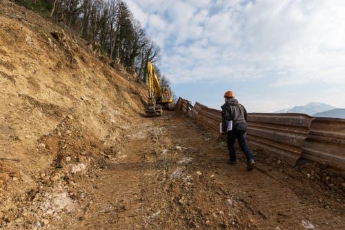 Bauingenieur Alois Käslin betrachtet die Arbeiten gegen Steinschläge und Hochwasser. (Bild: Philipp Schmidli)