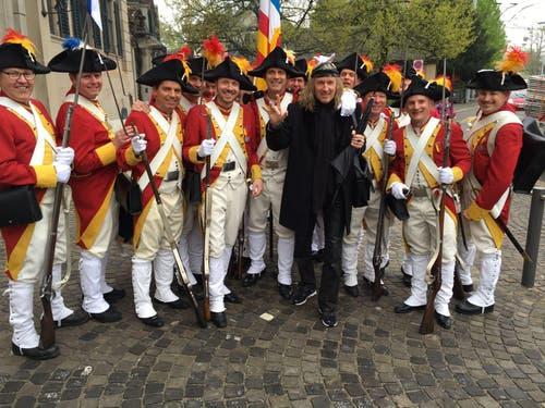 Ein bisschen «Meh Dräck!»: Die Zunftgrenadiere zu Safran treffen Krokus-Legende Chris von Rohr. (Bild: PD)