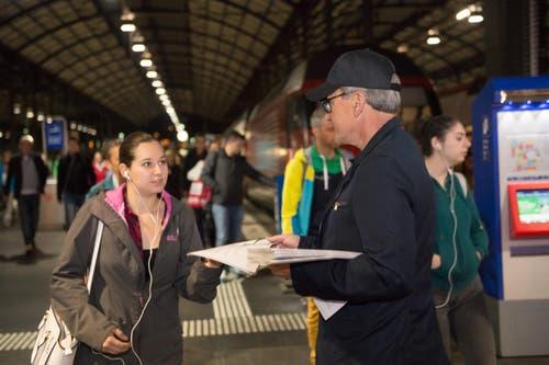 Jürg Weber, Leiter Regionalmedien, bringt eine Luzerner Zeitung an die Frau. (Bild: Nadia Schärli / Neue LZ)