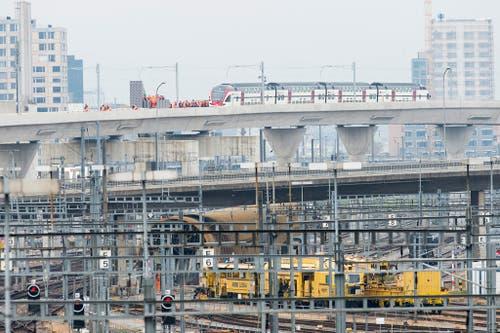 26. Oktober: Der zweite Teil der Durchmesserlinie in Zürich wird eröffnet. Nach acht Jahren Bauzeit wird die Strecke auf ihrer gesamten Länge zwischen Oerlikon und Altstetten am 13. Dezember in Betrieb genommen. (Bild: Keystone / Anthony Anex)