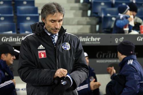 Luzerns Trainer Ryszard Komornicki zieht sich Handschuhe an. (Bild: Philipp Schidli / Neue LZ)