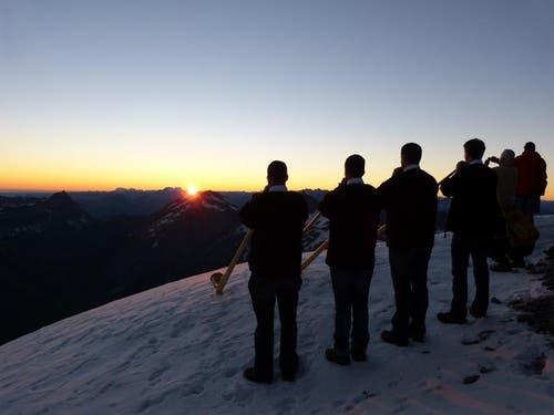 Alphornklänge zum Sonnenaufgang auf dem Gipfel des Titlis sorgen am 1. August für Gänsehaut. (Bild: Beat Christen / Neue OZ)