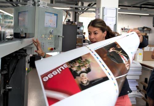 7. August: Die Ex-Skirennfahrerin Dominique Gisin ist nun auch Buchautorin. In der Druckerei entnimmt sie die ersten Druckbogen mit Seiten ihres Buchs «Make it happen». Davon werden 2467 Exemplare gedruckt – exakt so viele Kilometer beträgt die Luftlinie zwischen Engelberg und Sotschi, wo Gisin Olympiasiegerin wurde. (Bild: Nadia Schärli / Neue LZ)