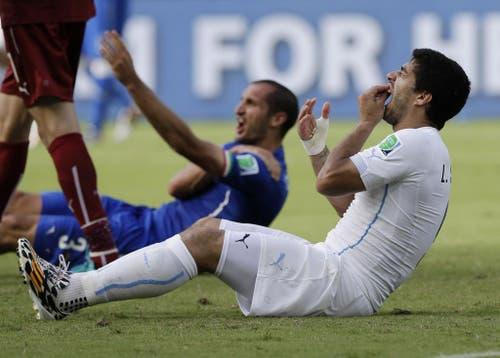Uruguay's Luis Suarez mit einer Bissattacke gegen Italien Giorgio Chiellini. (Bild: Keystone)