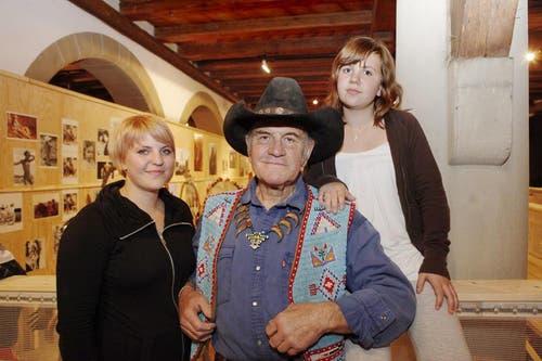 Angy Burri mit seiner Enkelin Melanie (links) und Jil bei der Eröffnung seiner Ausstellung in der Kornschütte. (Bild: Neue LZ)