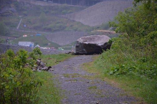 Punktlandung: Dieser Felsbrocken füllt präzise den Fahrweg aus. (Bild: Florian Arnold / Neue UZ)