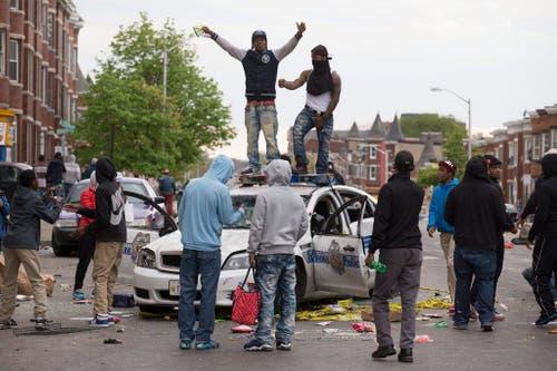 19. April: In der US-Stadt Baltimore stirbt der 25-jährige Afroamerikaner Freddie Gray an Rückenverletzungen, die ihm bei seiner Verhaftung anderthalb Wochen zuvor in einem Polizeifahrzeug auf der Fahrt aufs Revier beigebracht worden sind. Die Folge sind heftige und tagelange Proteste. (Bild: EPA / Michael Reynolds)