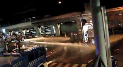 Einsatz des Wasserwerfers zwischen KKL und SBB. (Bild: Youtube-Video)