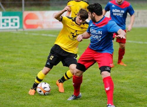 Levent Basol vom FC Baar am Ball, Koray Curaci vom SC ChamII ganz rechts. (Bild: Stefan Kaiser / Neue ZZ)