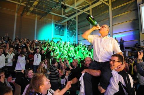 Präsident Walter Stadelmann gönnt sich einen Schluck. (Bild: Boris Bürgisser / Neue LZ)