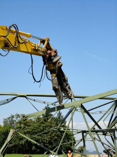 Schon bald nach der Sprengung wird der Ersatzturm des Landessenders Beromünster zerstückelt. (Bild: Leserbild Karin Buholzer)