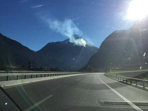 Der Rauch des Feuers am Bristenstock ist von Weitem sichtbar. (Bild: Leserbild)