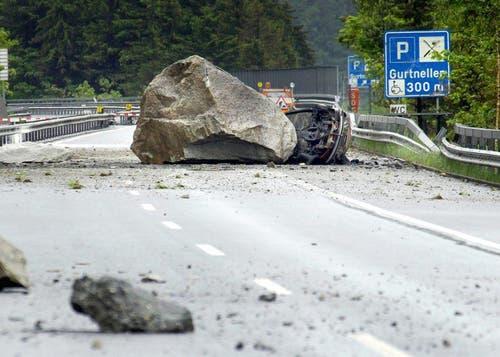 Der Felssturz weckt Erinnerungen an die tödliche Verschüttung der Autobahn 2006. (Bild: Christian Beutler / NZZ)