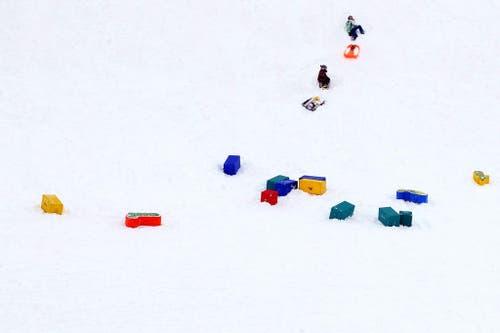 Kinder vergnügen sich im Schnee auf der Bettmeralp. (Bild: Keystone / Peter Schneider)