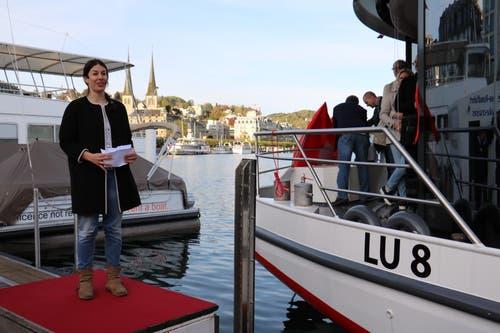 Dominique Gisin hält eine kurze Rede, bevor sie traditionell das Schiff mit einer Flasche Champagner tauft. (Bild: Stefanie Nopper / Luzernerzeitung.ch)