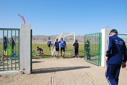 Auch einige FCL-Spieler helfen mit, das Tor an den gewünschten Platz auf dem Feld hinzustellen. (Bild: Daniel Wyrsch / Neue LZ)