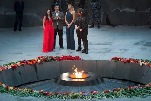 Kim Kardashian (links) und ihre Schwester Khloe besuchen die Gedenkstätte für die Opfer des Völkermords in Armenien. (Bild: AP / Hrant Khachatryan)