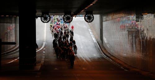 Auch durch mehrere Tunnels führt die 109,5 Kilometer lange Schlussetappe. (Bild: AP / Christophe Ena)