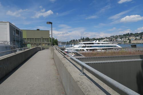 Über die Werftbrücke geht die Wanderung weiter bis zum Bahnhof Luzern. (Bild: Stefanie Nopper / Luzernerzeitung.ch)