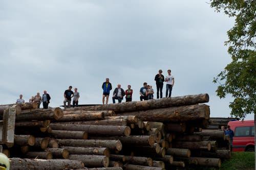 Das Feuer weckte das Interesse der umliegenden Bevölkerung. (Bild: Dominik Wunderli / Neue LZ)
