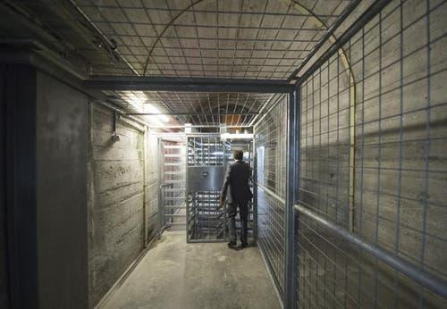 Einer der langen Gänge mit einem tonnenschweren Tor. Zutritt gibt es nur mit Fingerabdruck. (Bild: Keystone)