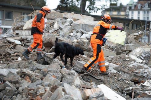 Im Bild links Linda Hornisberger, Chef Ortung, mit Hundeführerin Isabelle Hagenbuch und Hündin Iven. (Bild: Corinne Glanzmann (Neue LZ))