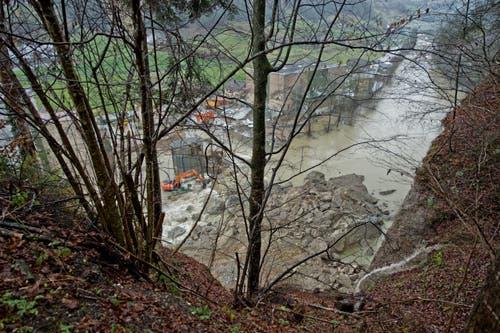 Der Haufen von Felsbrocken mitten im Fluss, fotografiert in der Nähe der Abbruchstelle. (Bild: Pius Amrein / Neue LZ)