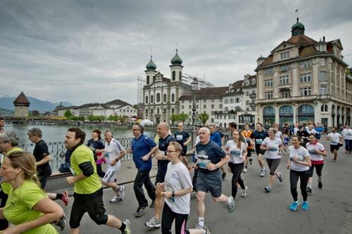 25. April: Rund 14'000 Laufbegeisterte rennen bei der 38. Auflage des Luzerner Stadtlaufs durch die Gassen der Luzerner Altstadt. (Bild: Pius Amrein/Neue LZ)