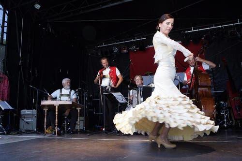 Die Alder Buebe mit der Flamenco-Tänzerin Bellinda Castanio an der 1.August-Feier auf dem Landsgemeindeplatz in Zug. (Bild: Werner Schelbert / Neue ZZ)