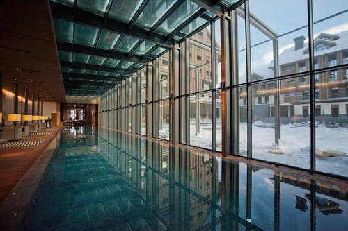 Schwimmen mit Ausblick: Bis 2014 dauern die Innenausbau- und Fertigstellungsarbeiten an den benachbarten Residenz-Gebäuden noch an. (Bild: Pius Amrein / Neue LZ)