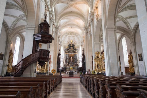 Das innere der Hofkirche vor der Gedenkmesse für Alt-Bundesrat Alphons Egli. (Bild: Urs Flüeler / Keystone)