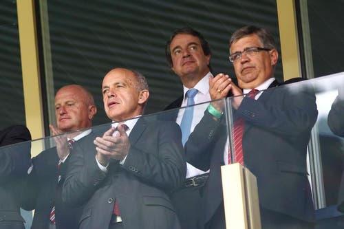 Sportminister und Bundesrat Ueli Maurer (links) verfolgt das Spiel von der Loge aus. (Bild: Philipp Schmidli / Neue LZ)