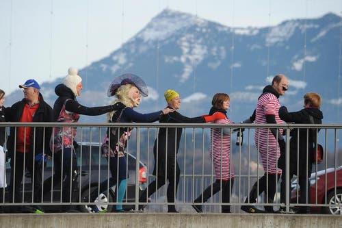 Eine Kette von Silvesterschwimmern auf der Seebrücke. (Bild: Boris Bürgisser / Neue LZ)