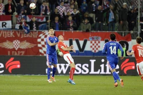 Dejan Lovren (links) im Kampf um den Ball gegen den Schweizer Mario Gavranovic. (Bild: Keystone)