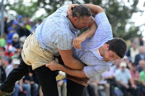 Arnold Forrer (links) im Kampf gegen Mike Müllestein im 4. Gang. (Bild: Keystone / Urs Flüeler)