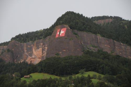 Die heftigen Winde und Regenschauer zerstörten am 6. August die 35x35 Meter grosse Fahne oberhalb Vitznau. (Bild: Leserreporterin Heidi Duss-Bürgi)