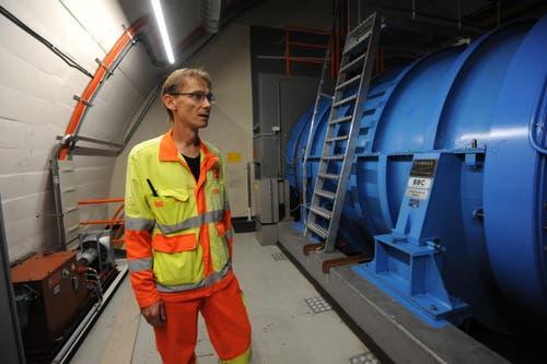 Ein Ventilator oberhalb der Tunneldecke im Gotthard-Strassentunnel: sie werden regelmässig ausgetauscht und revidiert. (Bild: Urs Hanhart / Neue UZ)