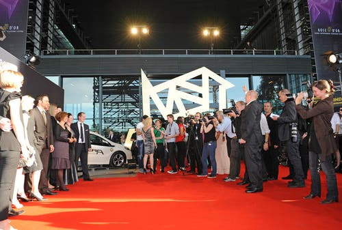 Der Rote Teppich führt direkt ins KKL. (Bild: Eveline Beerkircher/Neue LZ)