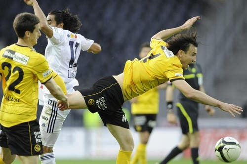 Alain Nef von YB (rechts) gegen Luzerns Dario Lezcano. (Bild: Keystone)