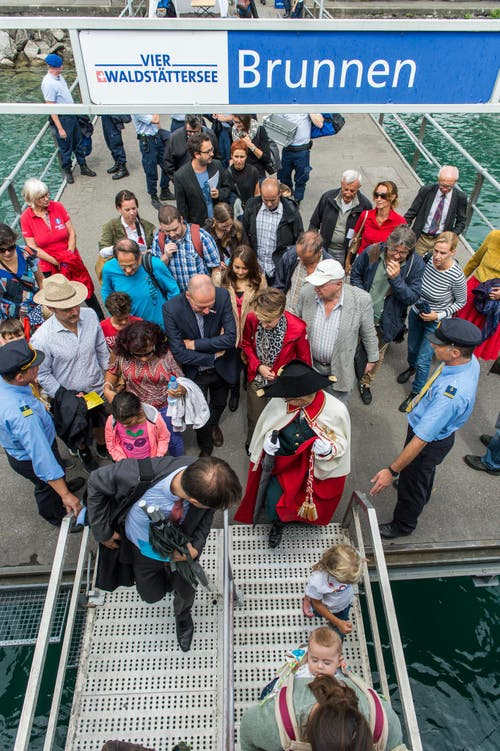 1. August Feier auf dem Rütli: Im Bild ist Bundespräsidentin Simmoneta Sommaruga während sie in Brunnen aufs Schiff in Richtung Rütli einsteigt. (Bild: Roger Grütter / Neue LZ)