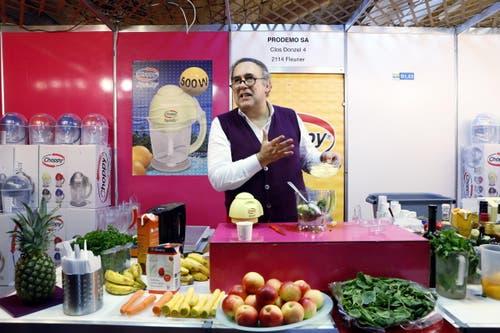 Josef Raggam verkauft den Mixer «Choppy». Laut Herstellerangaben handelt es sich um einen Mixer, der alles mixt. (Bild: Werner Schelbert / Neue ZZ)