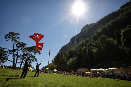 Fahnenschwinger während der Feier auf dem Rütli. (Bild: Keystone)