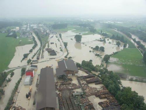 Die Reuss (rechts) setzt das Schilliger Sägewerk AG unter Wasser.