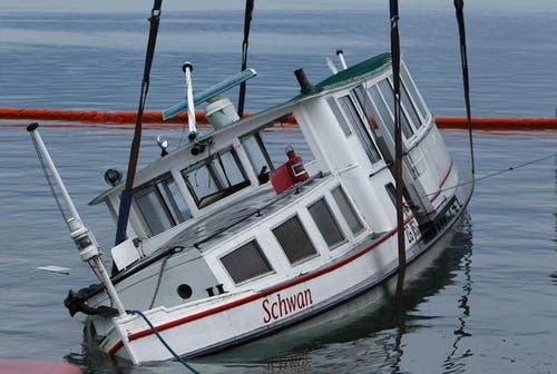 7. August 2013: Mehrere Unwetter zogen anfangs August über die Zentralschweiz. Eines wurde dem Motorschiff Schwan zum Verhängnis. Hier auf dem Bild wird das Schiff aus dem Zuger Hafen geborgen. (Bild: Stefan Kaiser / Neue ZZ)