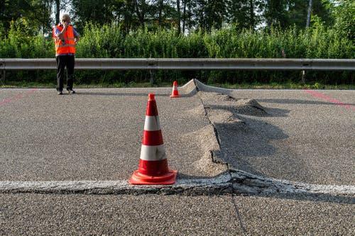 4. Juli: Die Schweiz leidet unter der Hitze. Zuweilen sorgt die Hitzewelle für Bodenwellen: Der Strassenbelag auf der Rheintalautobahn zwischen Rheineck und St. Margrethen verformt sich. (Bild: Keystone / Sebastian Schneider)