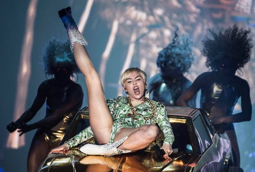 Suchte die Aufmerksamkeit und hat sie gefunden: Miley Cyrus auf ihrer Bangerz-Tour, hier im Juni in Kopenhagen. (Bild: Keystone)
