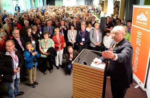 Adolf Ogi, alt Bundesrat und der Vater der Neat bei seiner Rede vor 500 glücklichen Losgewinnern in Arth Goldau, die als erste durch den Gotthard-Basistunnel fahren dürfen. (Bild: Keystone / Urs Flüeler)