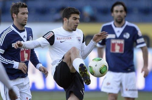Alexander Gonzalez vom FCA (Mitte) spielt den Ball ab. (Bild: Keystone)